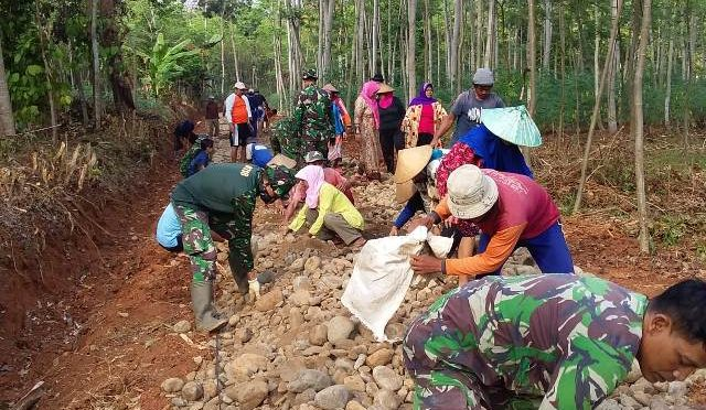 WUJUDKAN KEMANUNGGALAN TNI DAN WARGA DI TMMD PATI